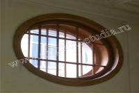 Окно с овальной рамой из массива дуба и дубовыми вставками